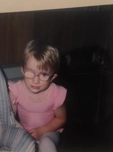 Liten jente med briller og lapp for øyet.